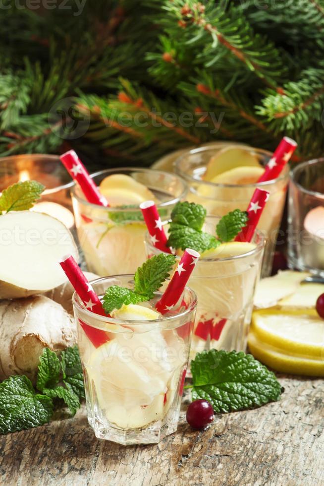 bebida quente festiva de gengibre e limão foto