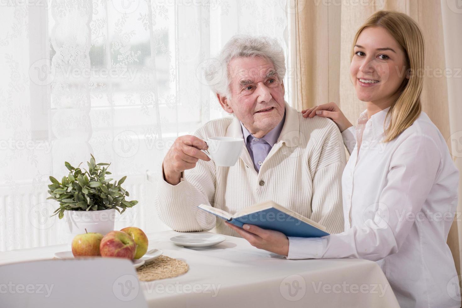 bebendo café e livro de leitura foto