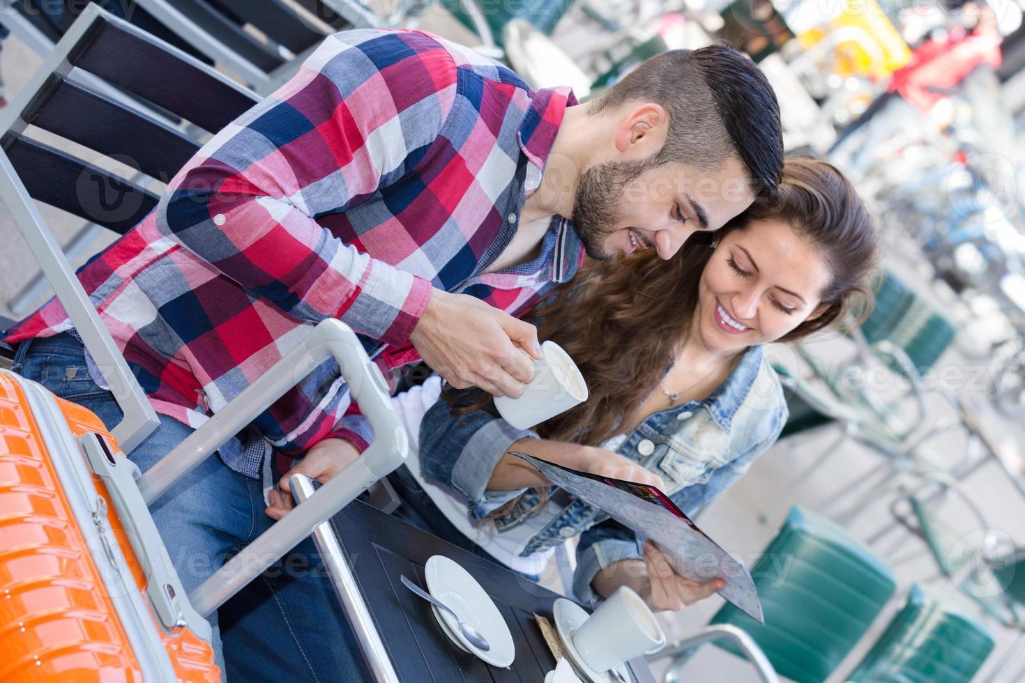 casal tomando café no restaurante foto