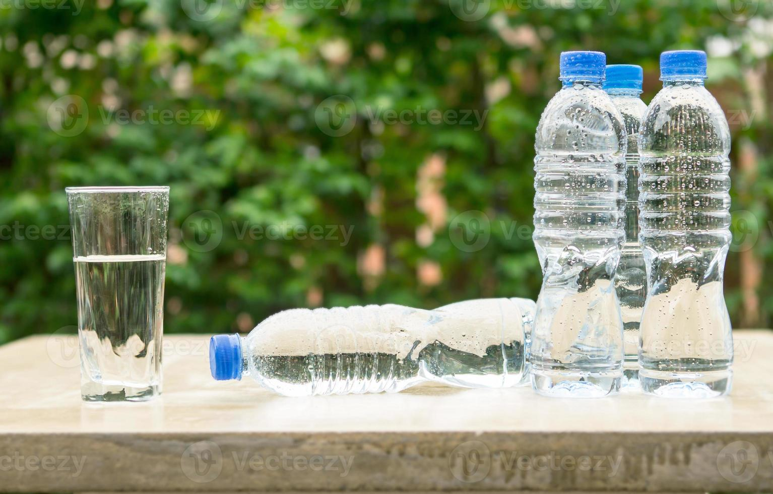 garrafa de plástico bebida fresca água foto