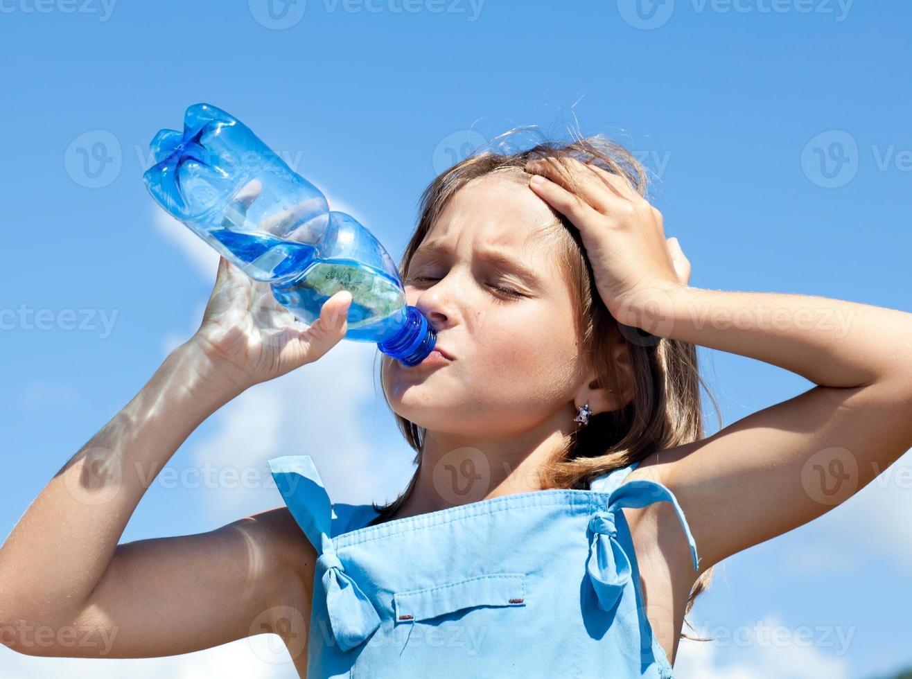 menina linda água potável foto
