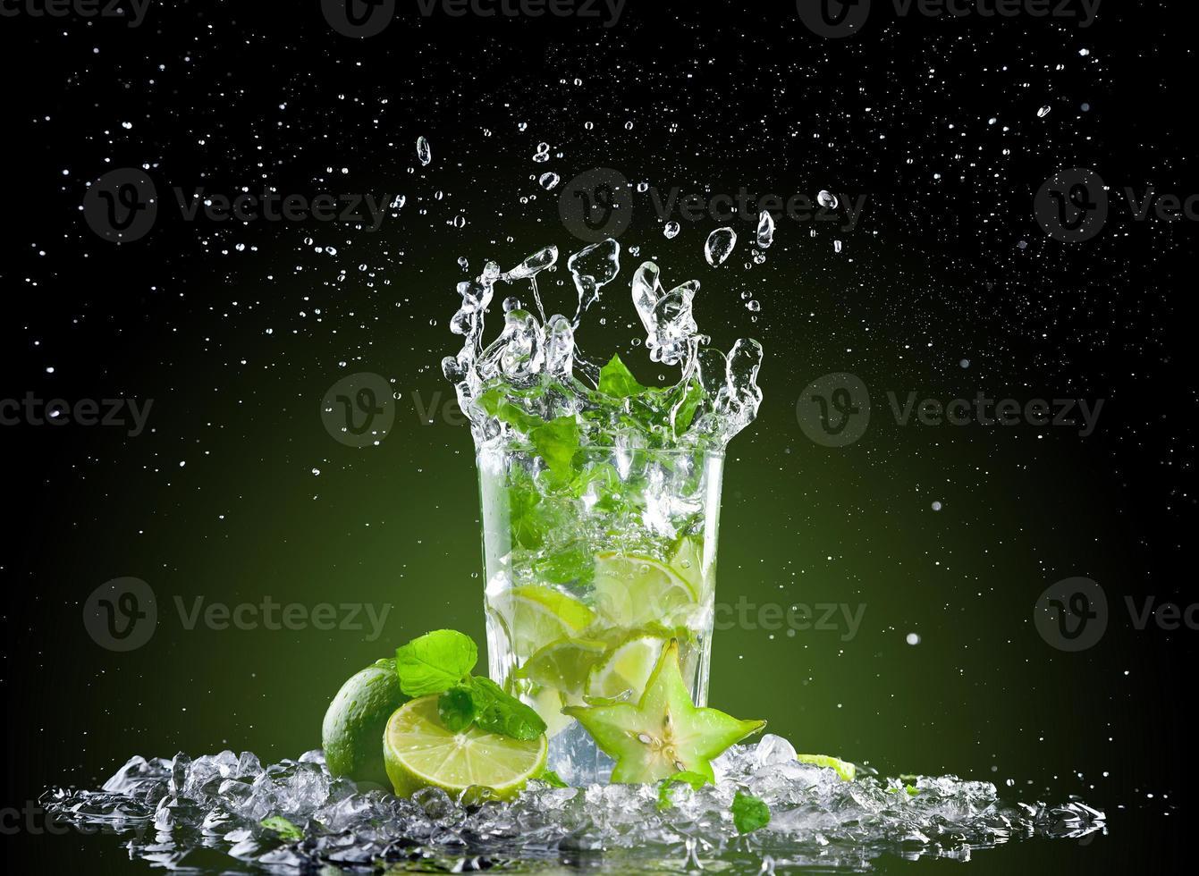 bebida de mojito de gelo com esguicho foto