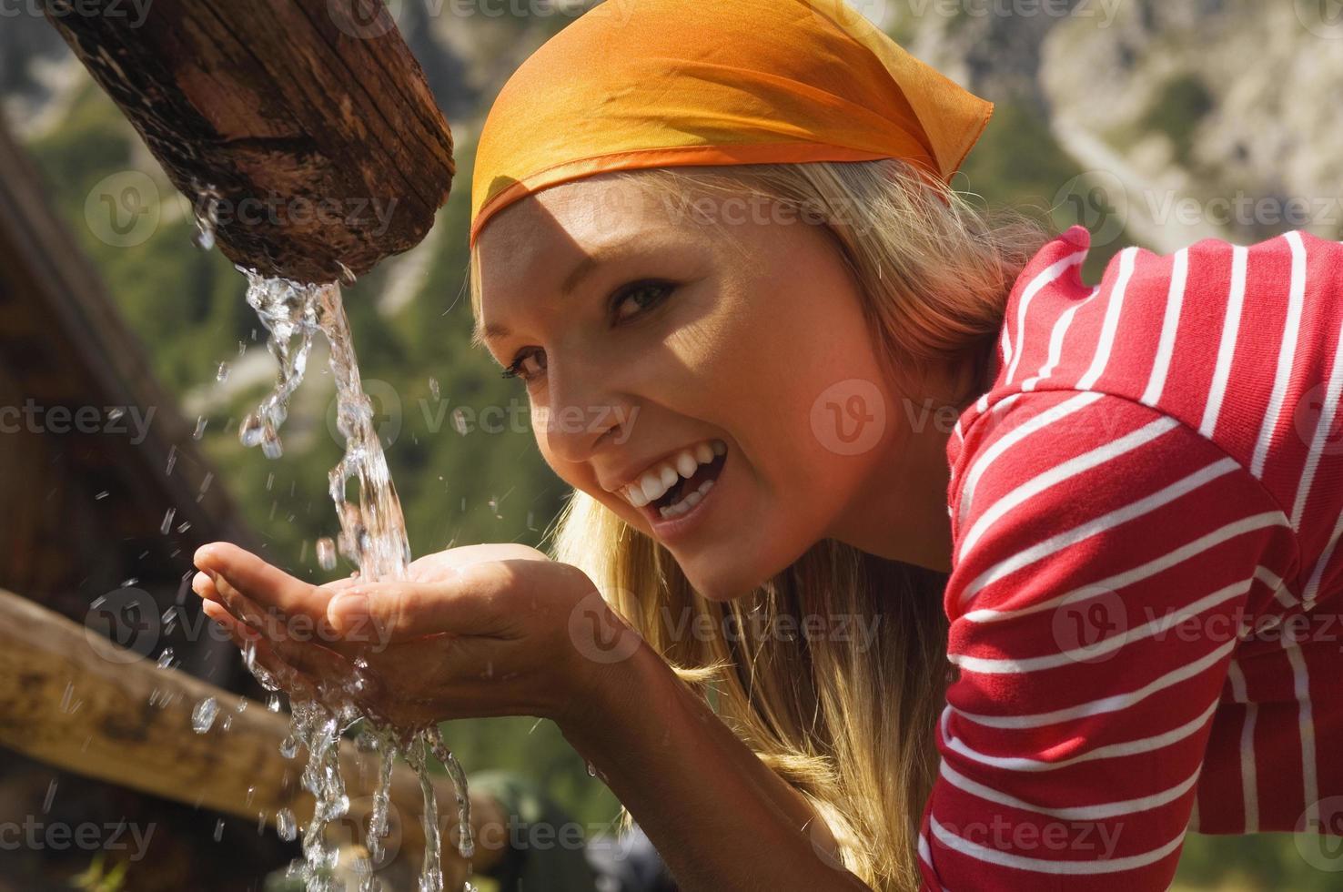 mulher loira bebendo água, retrato foto