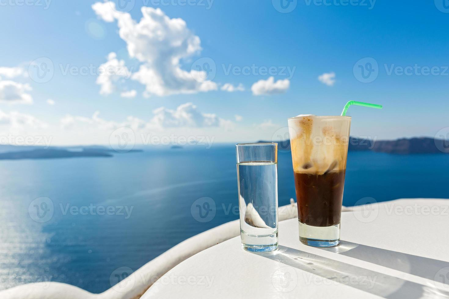 bebida refrescante perto do mar foto