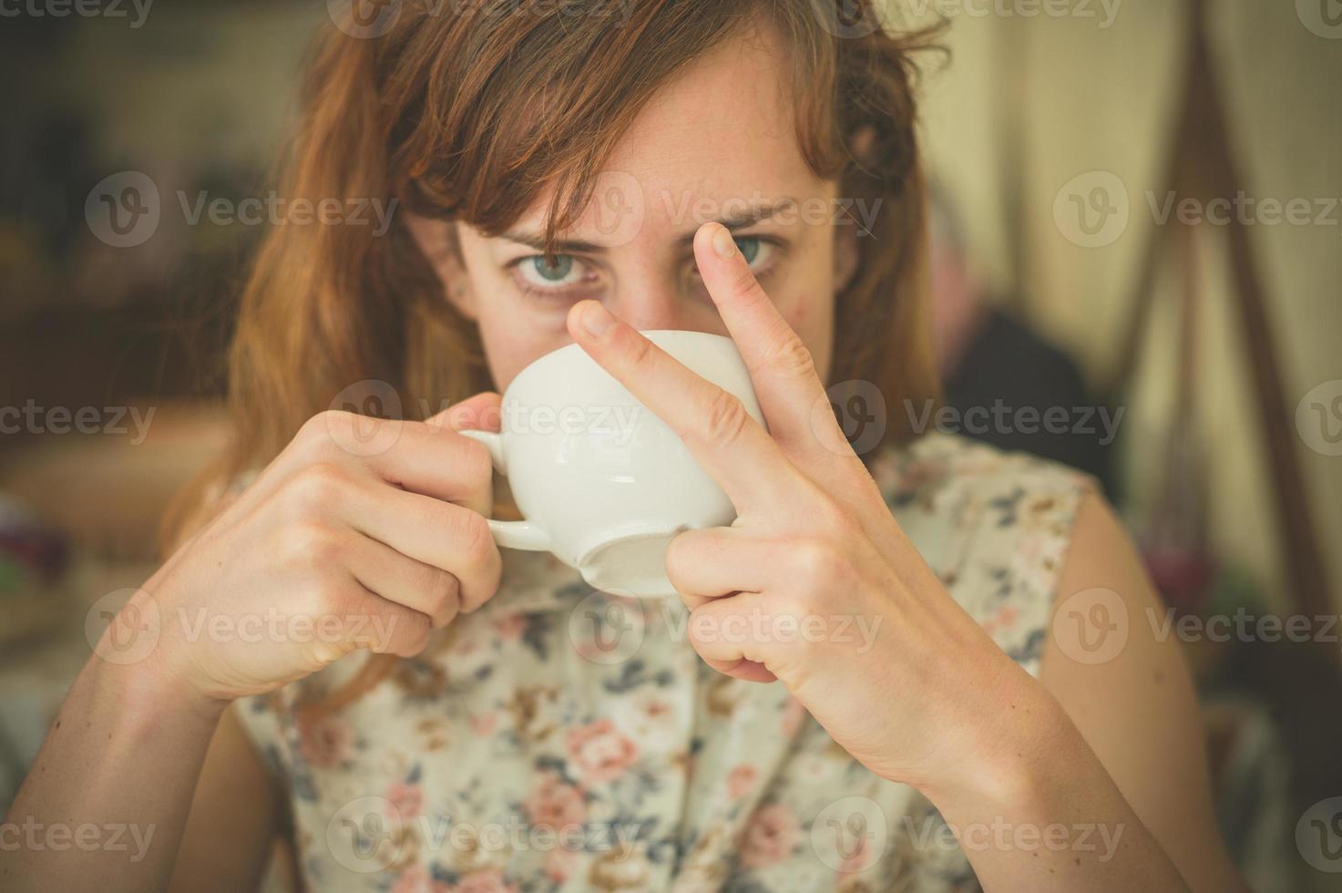 mulher tomando café e xingando foto