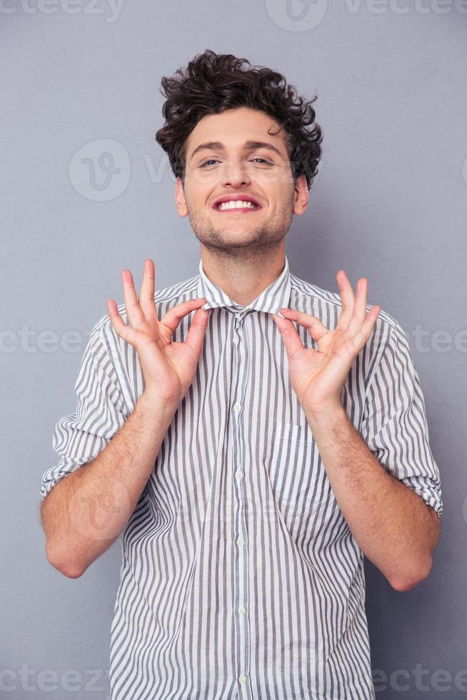 homem sorridente, segurando sua coleira foto