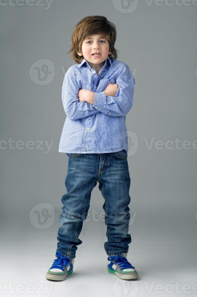 retrato de uma criança linda isolada foto