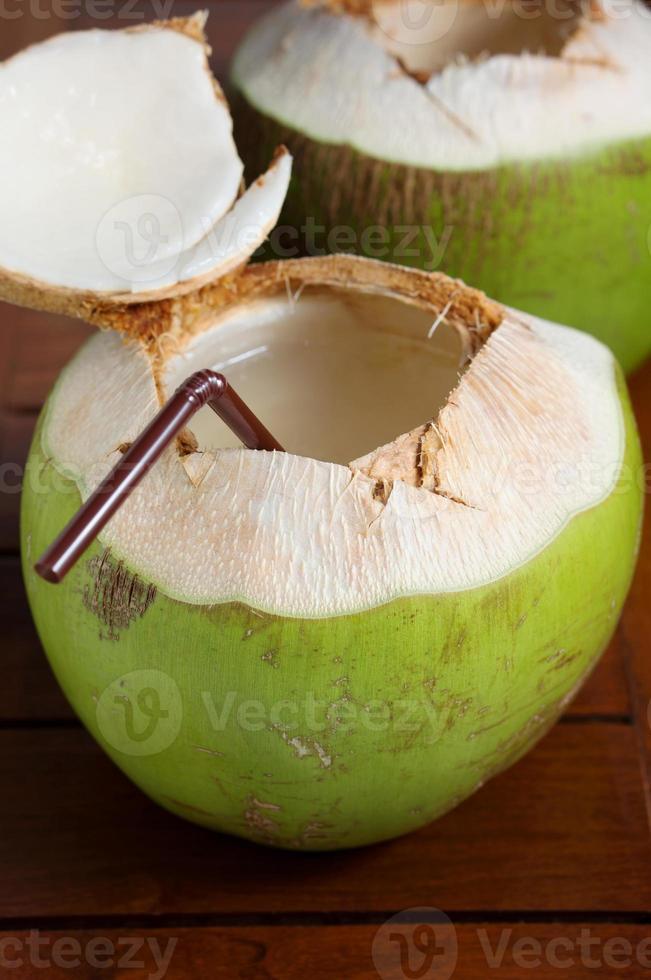 bebida de água de coco verde foto
