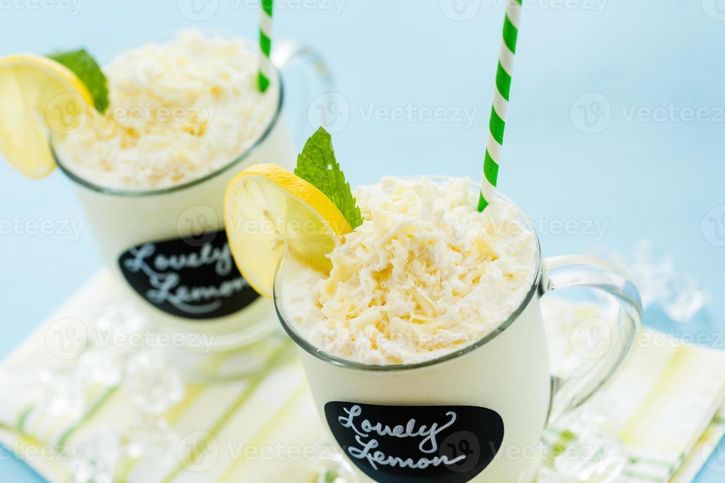 adorável bebida gelada de limão foto