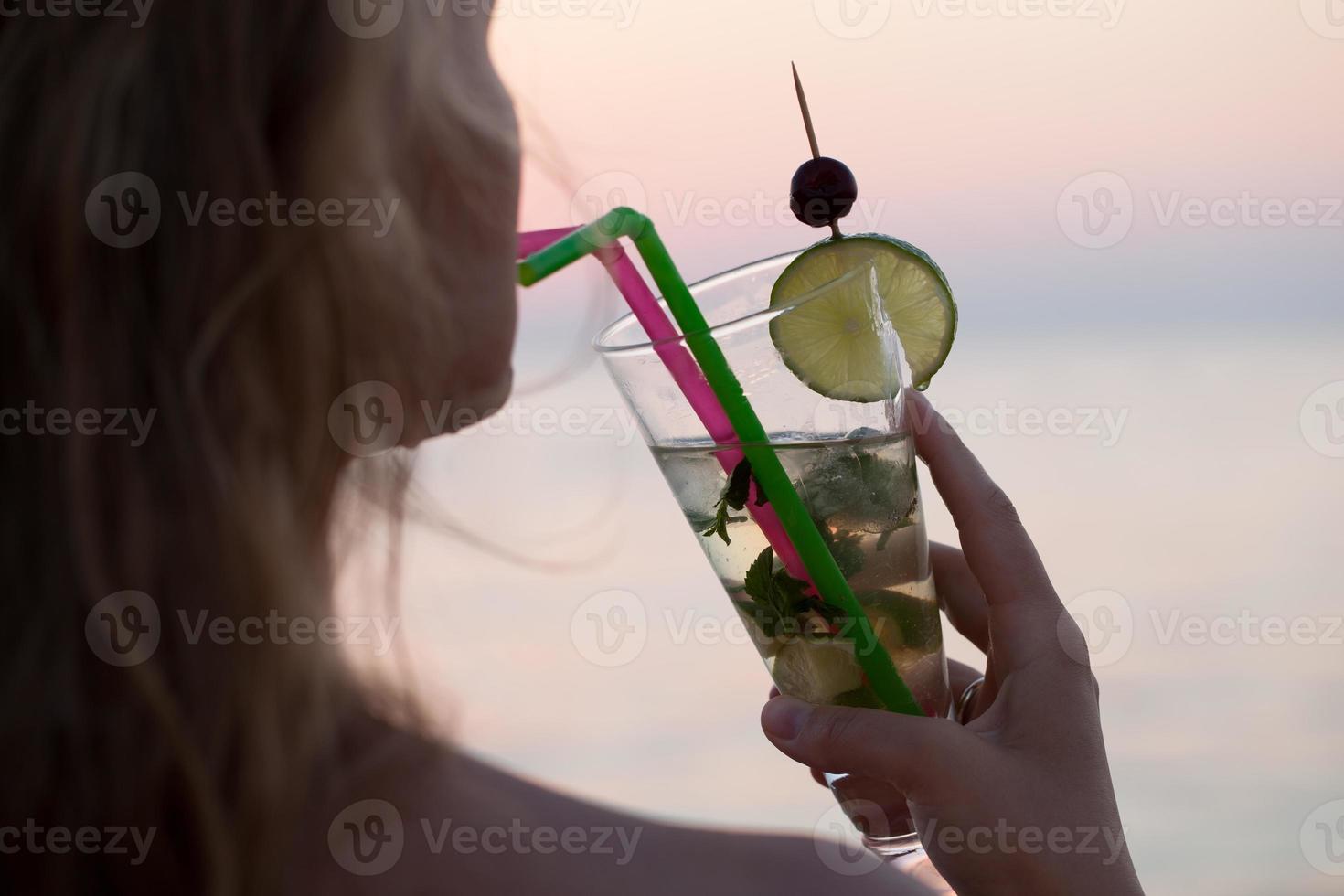 mulher bebendo cocktail mojito foto
