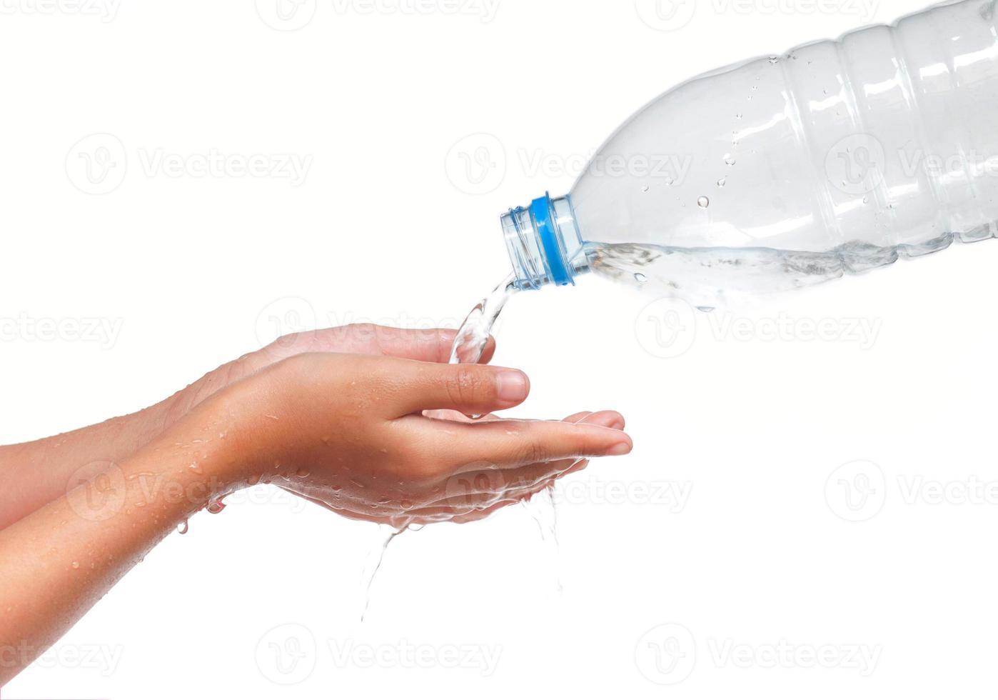 criança bebendo água pura foto