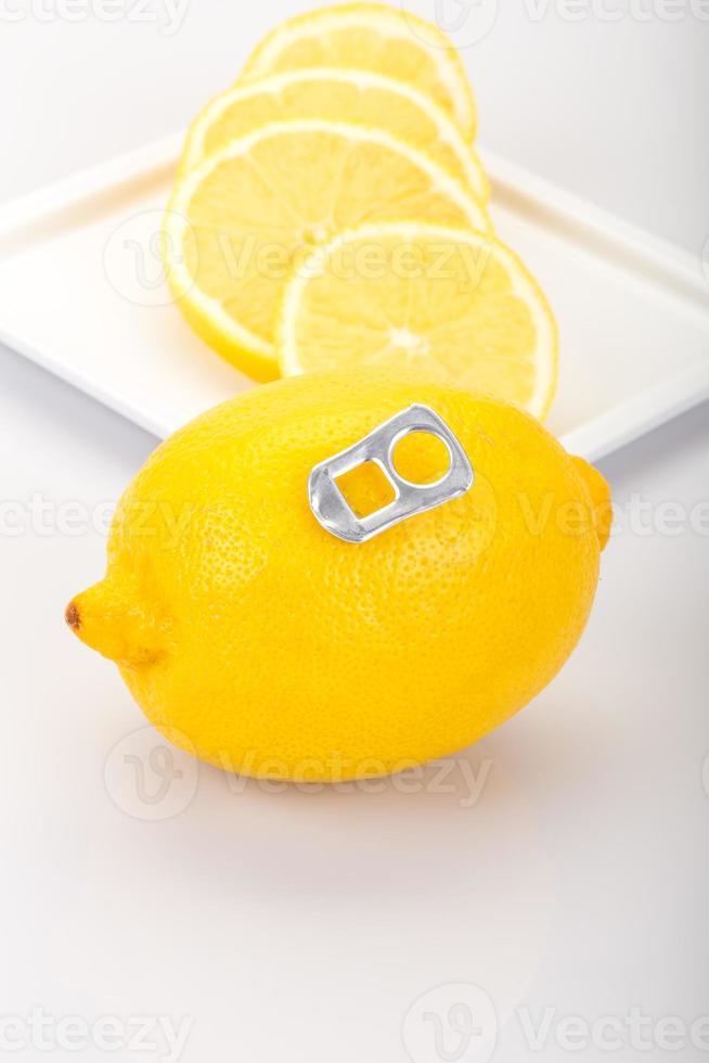 limão como uma lata de bebida foto