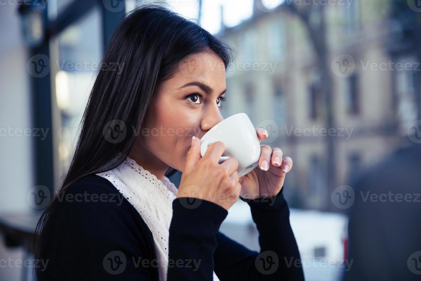 empresária tomando café no café foto