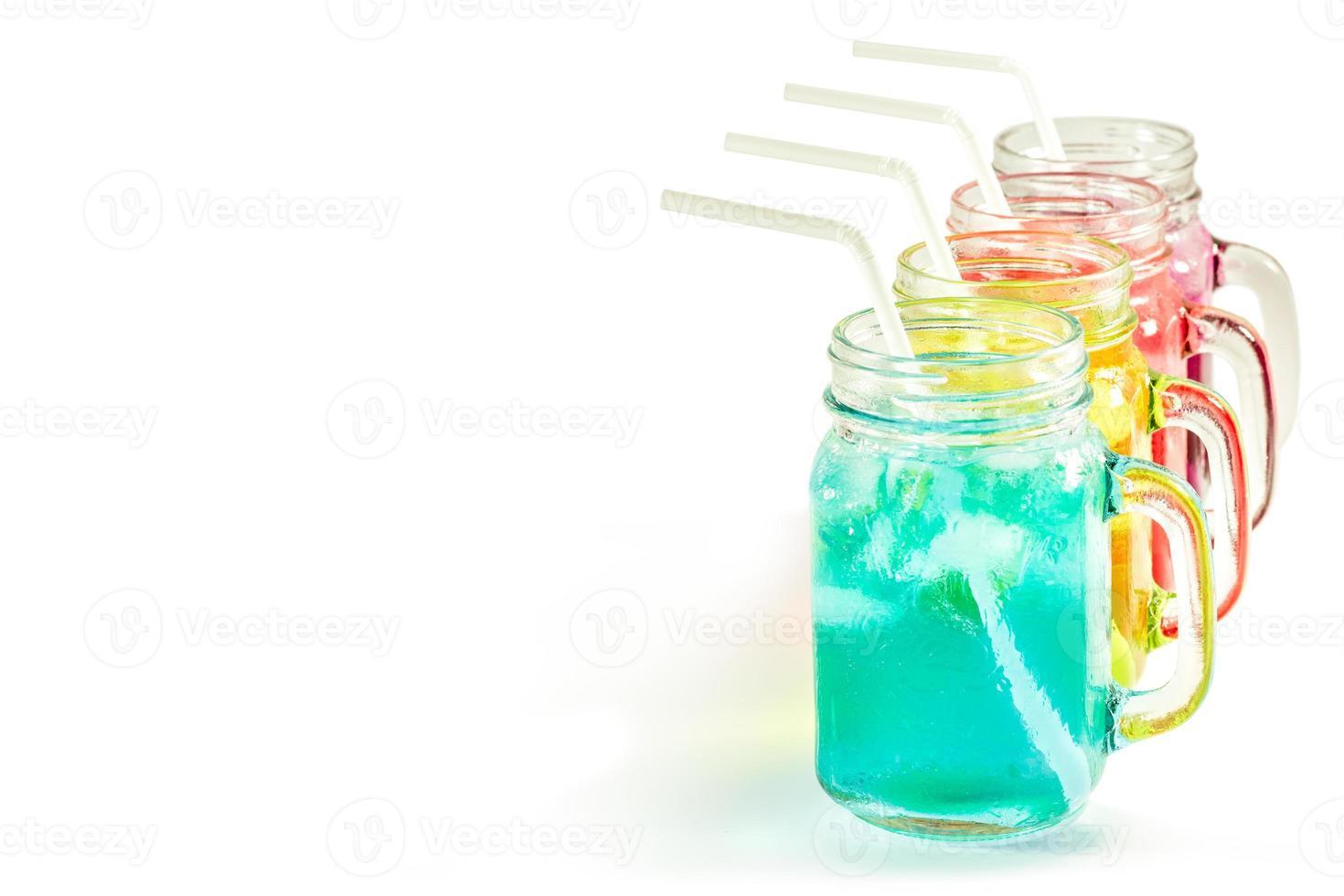 refrescantes bebidas de verão em jar foto