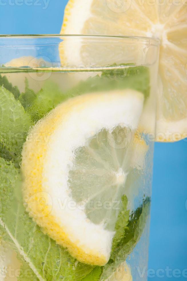 bebida gelada de limão e hortelã foto