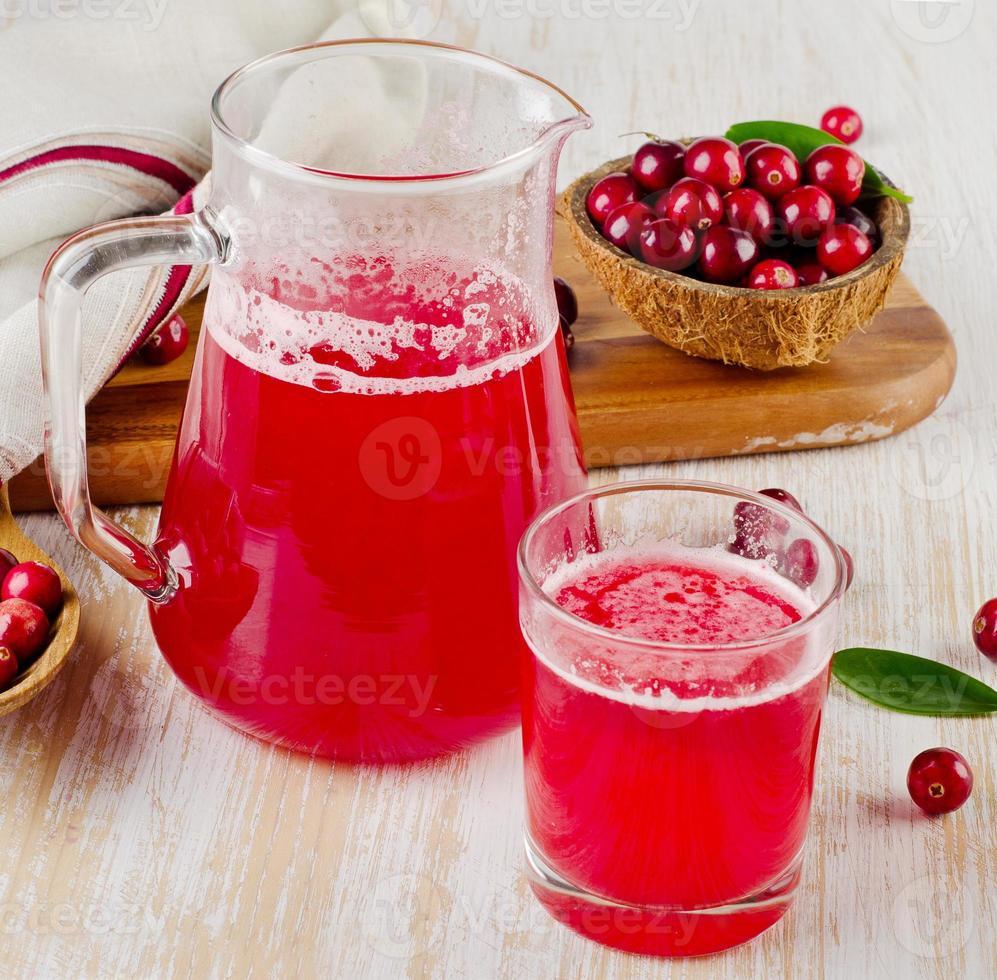 bebida de cranberry em fundo de madeira foto