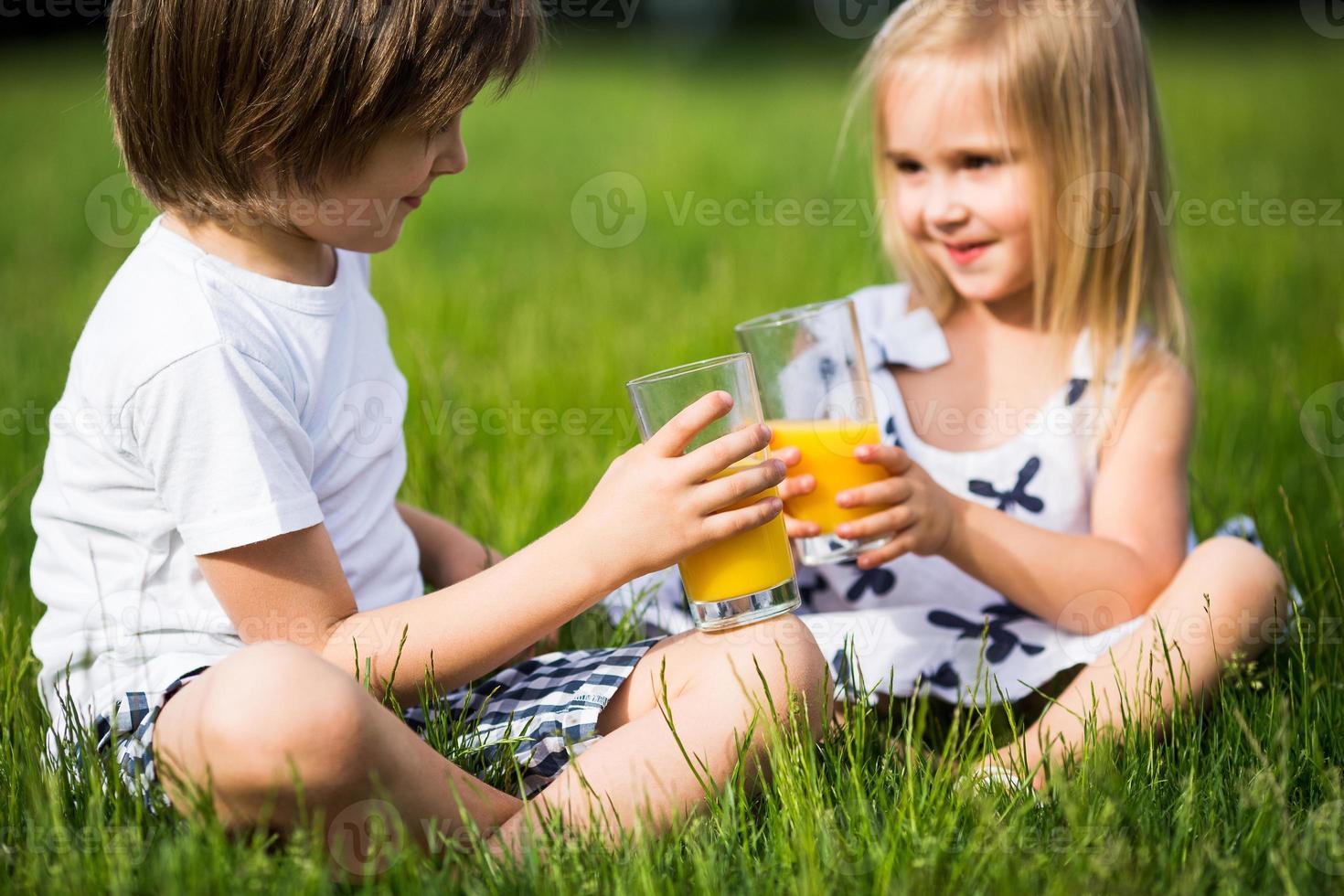 irmão e irmã bebem suco foto