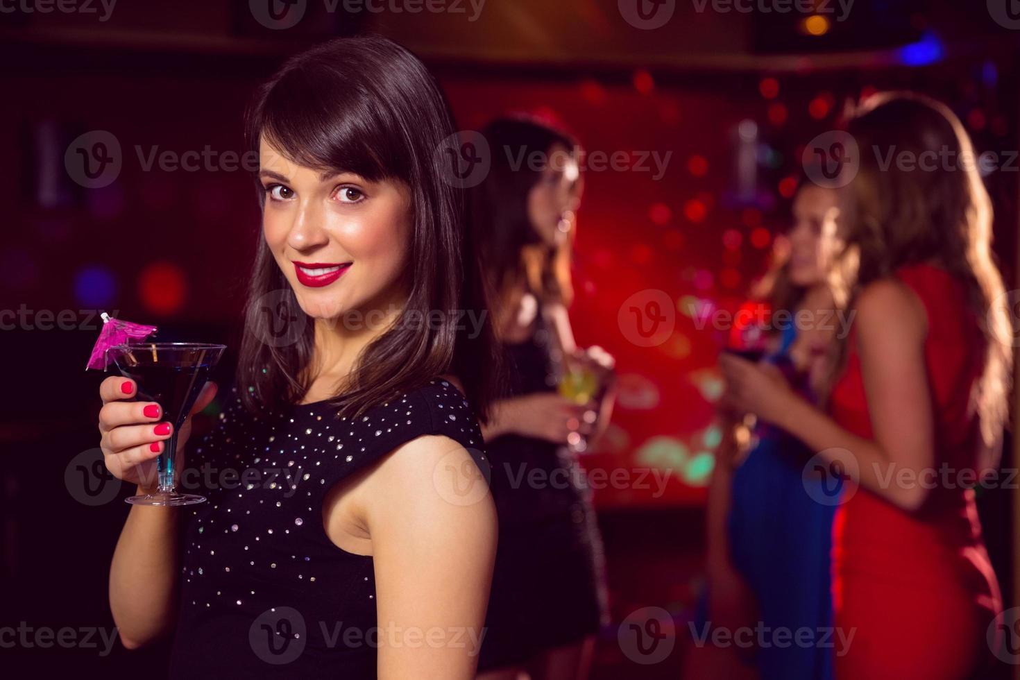 linda morena bebendo um cocktail foto