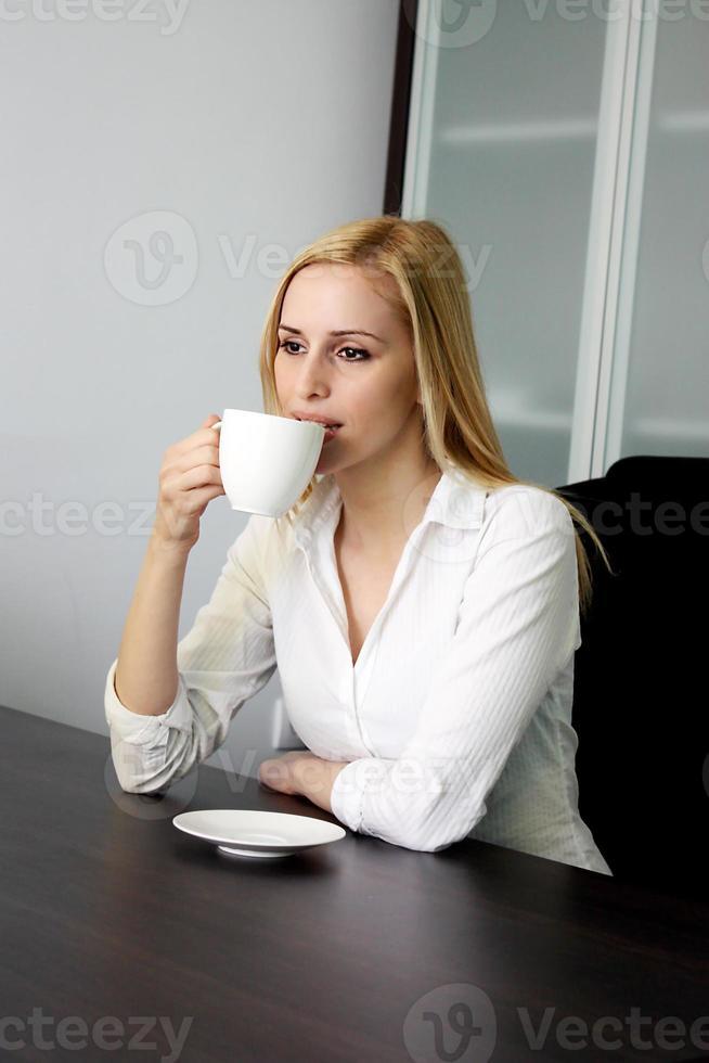 tomando café no escritório foto