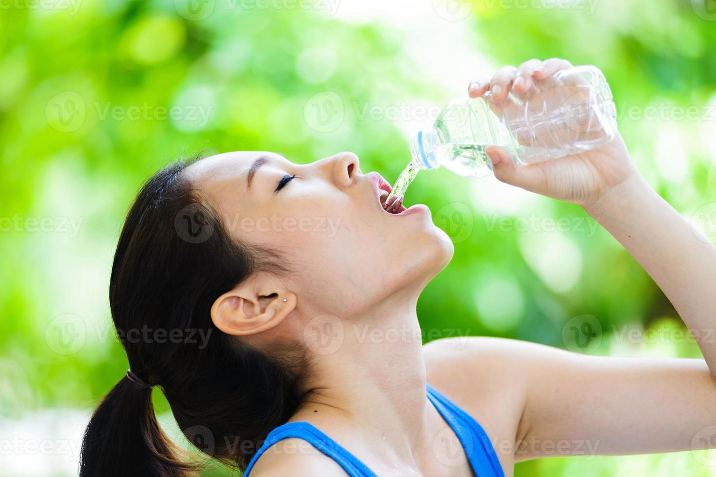 jovem asiática beber água foto
