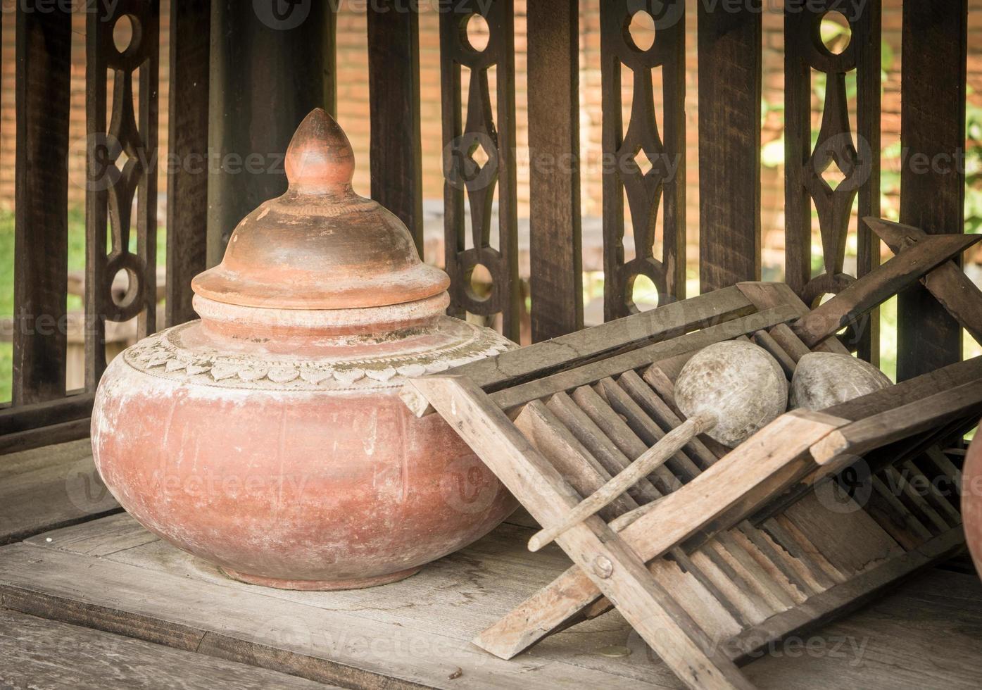 recipiente de água potável de cerâmica tailandesa foto