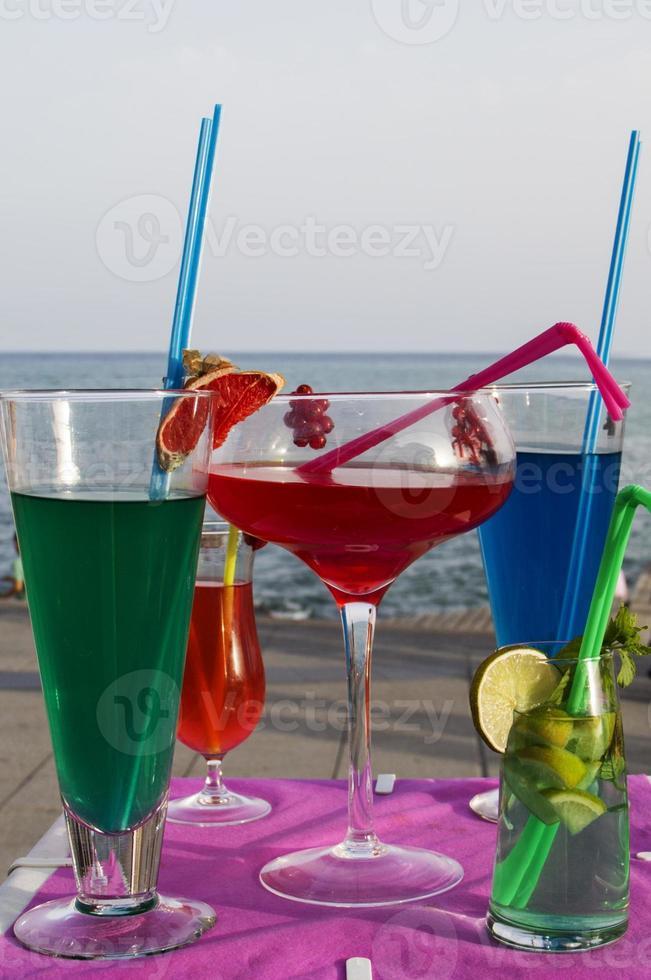 bebidas refrescantes na praia foto