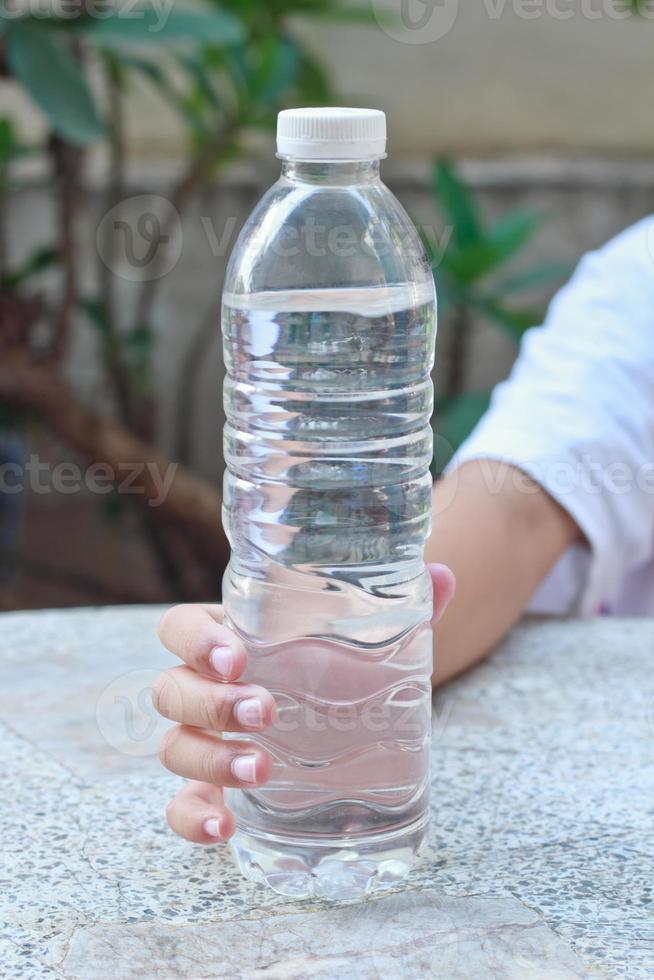 as crianças compartilham sua água de bebida. foto