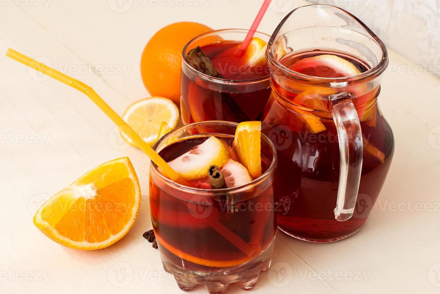 sangria de frutas refrescante. bebida de verão foto