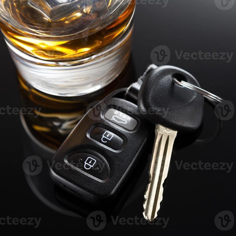 chaves do carro e bebida alcoólica foto