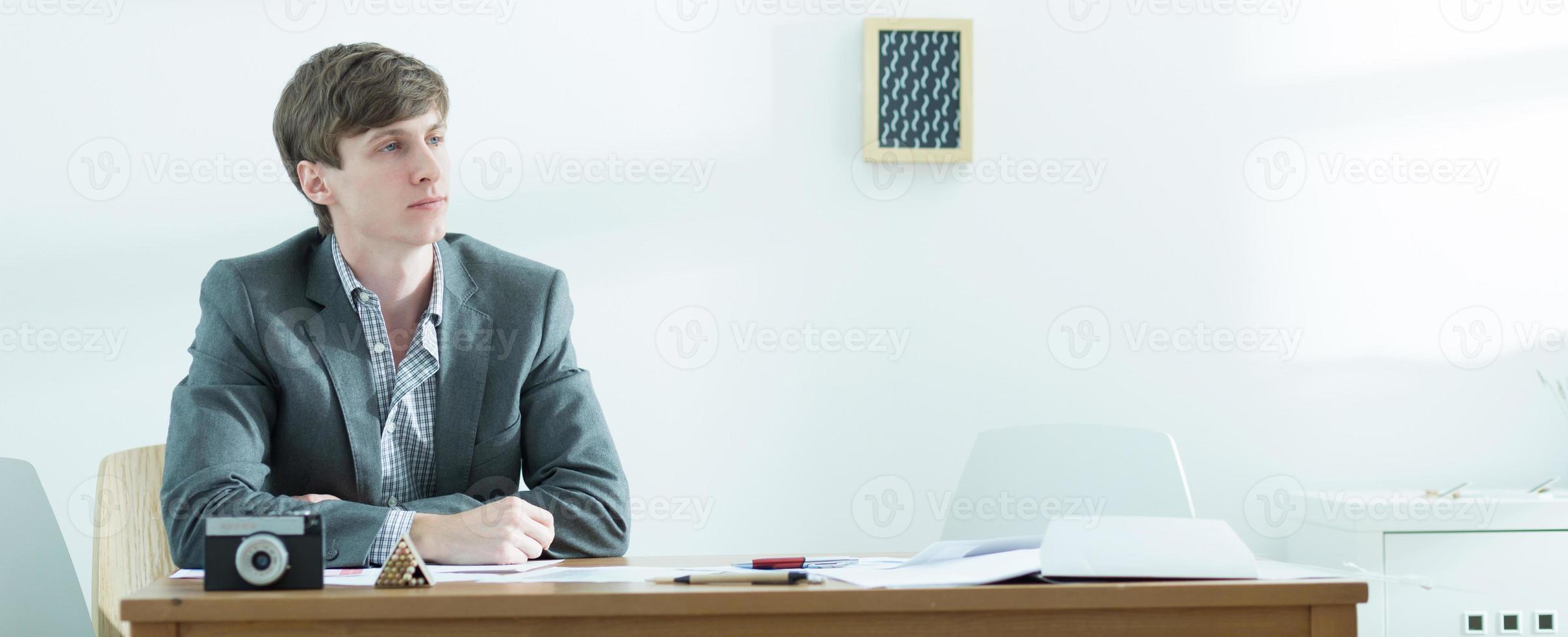 jovem trabalhador do sexo masculino foto