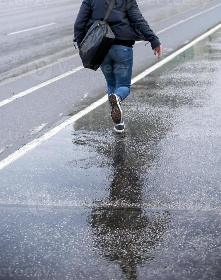 jovem mulher na chuva foto