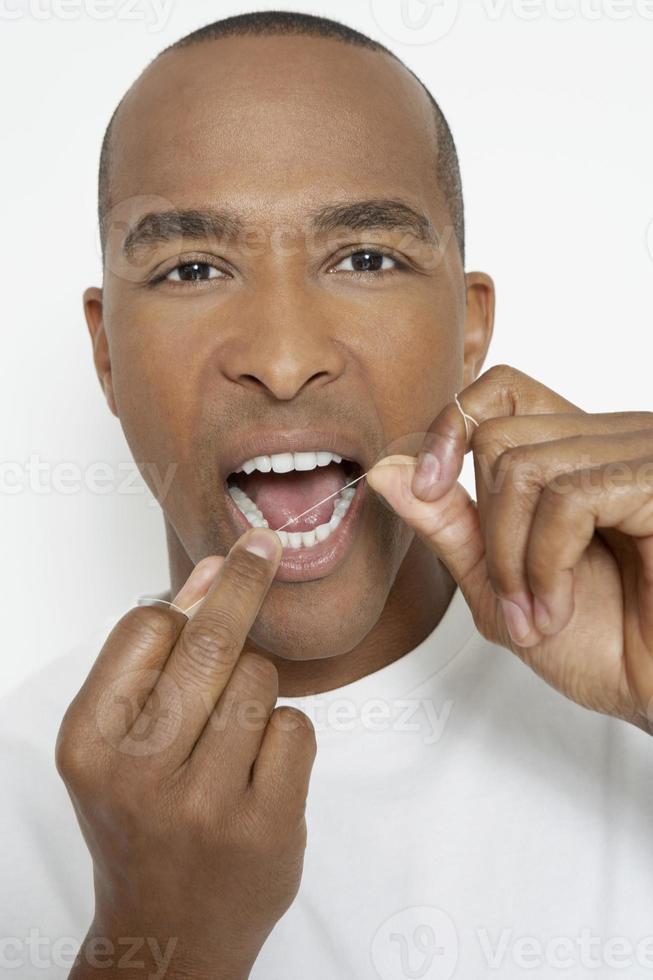 homem de limpeza dos dentes foto