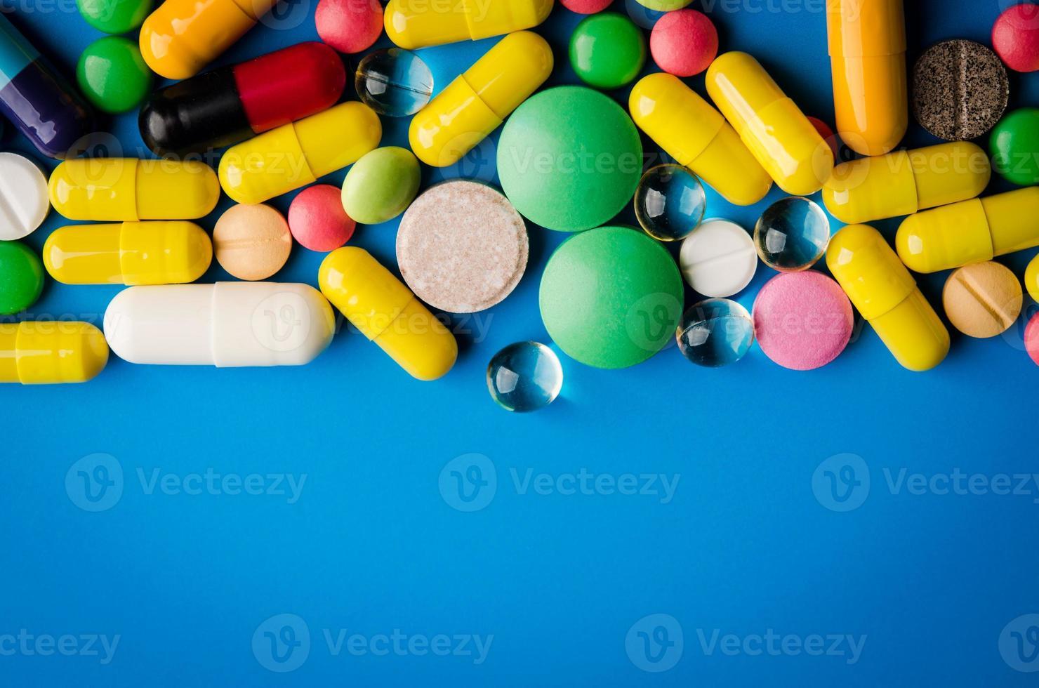 comprimidos e pílulas coloridas foto