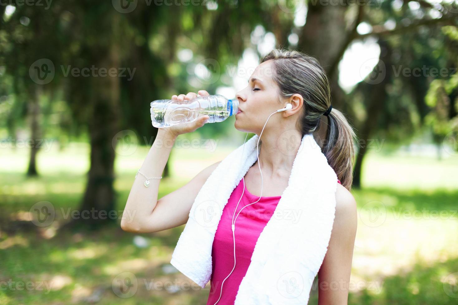 mulher bebendo água ativa foto
