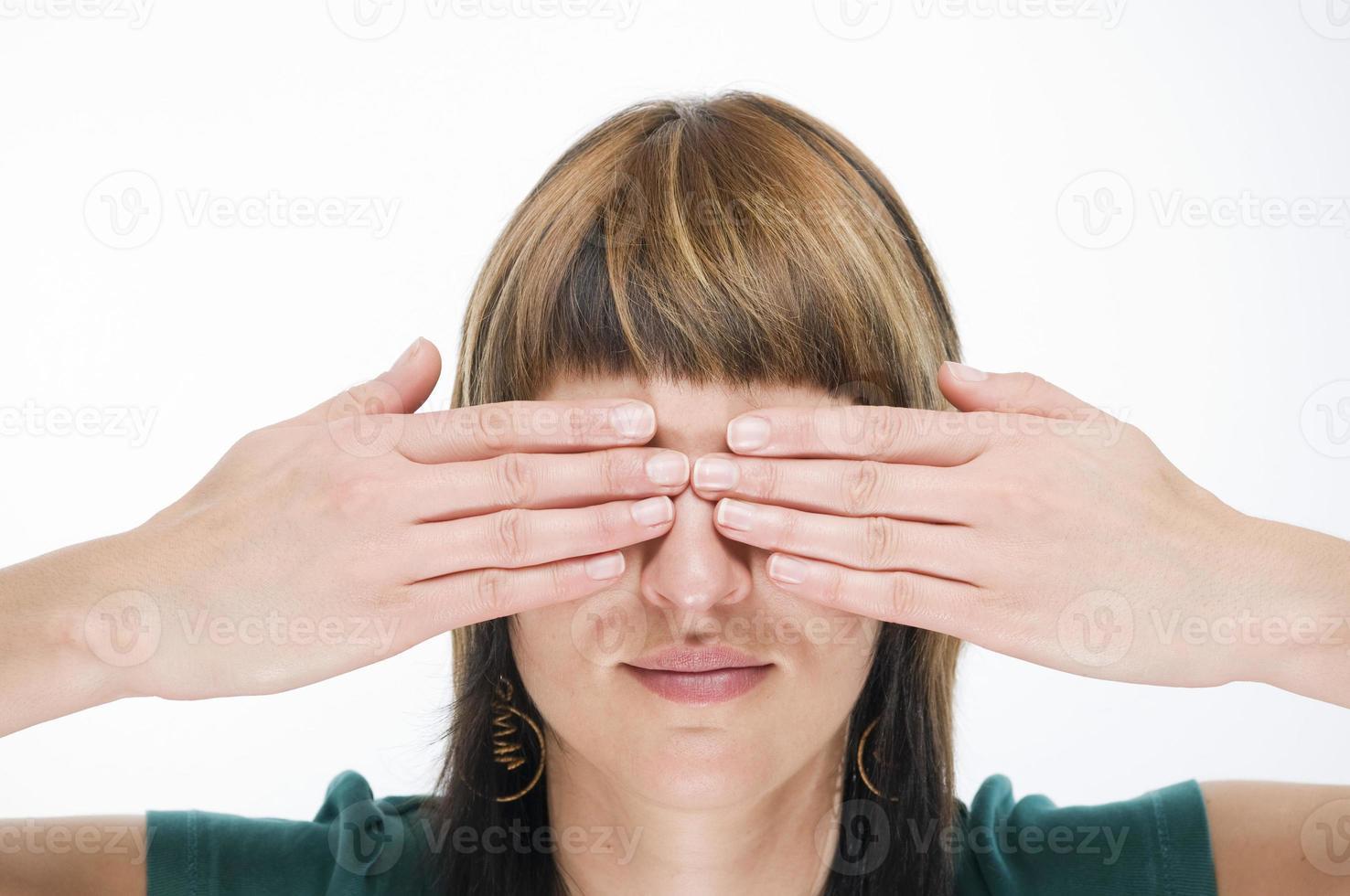 mãos nos olhos foto