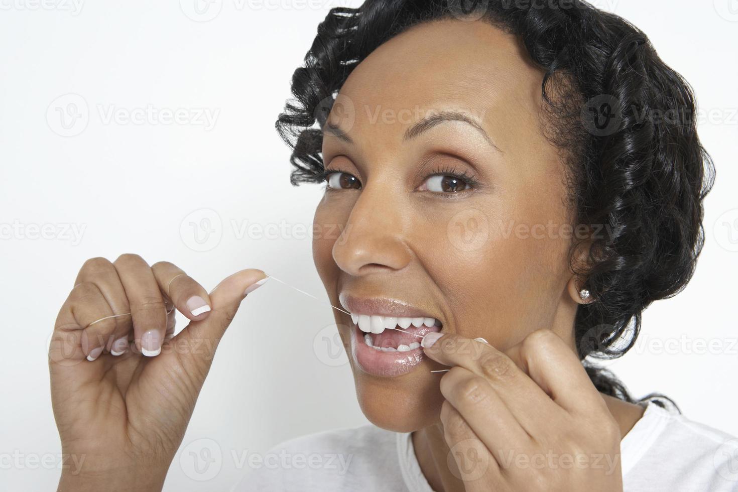 mulher, dentes fio dental, estúdio, tiro foto