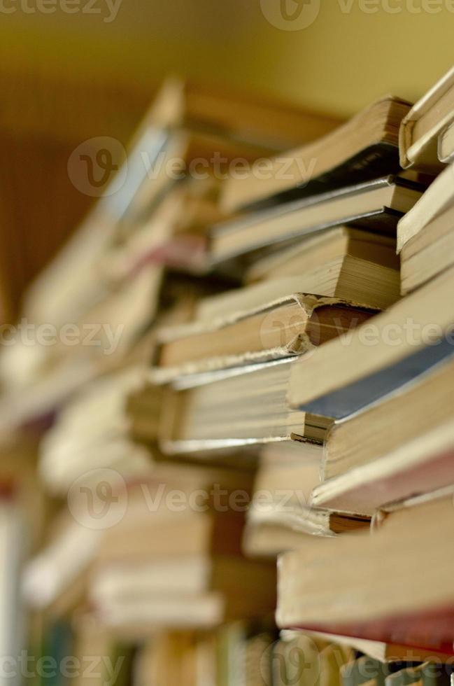 pilha de livros na prateleira foto
