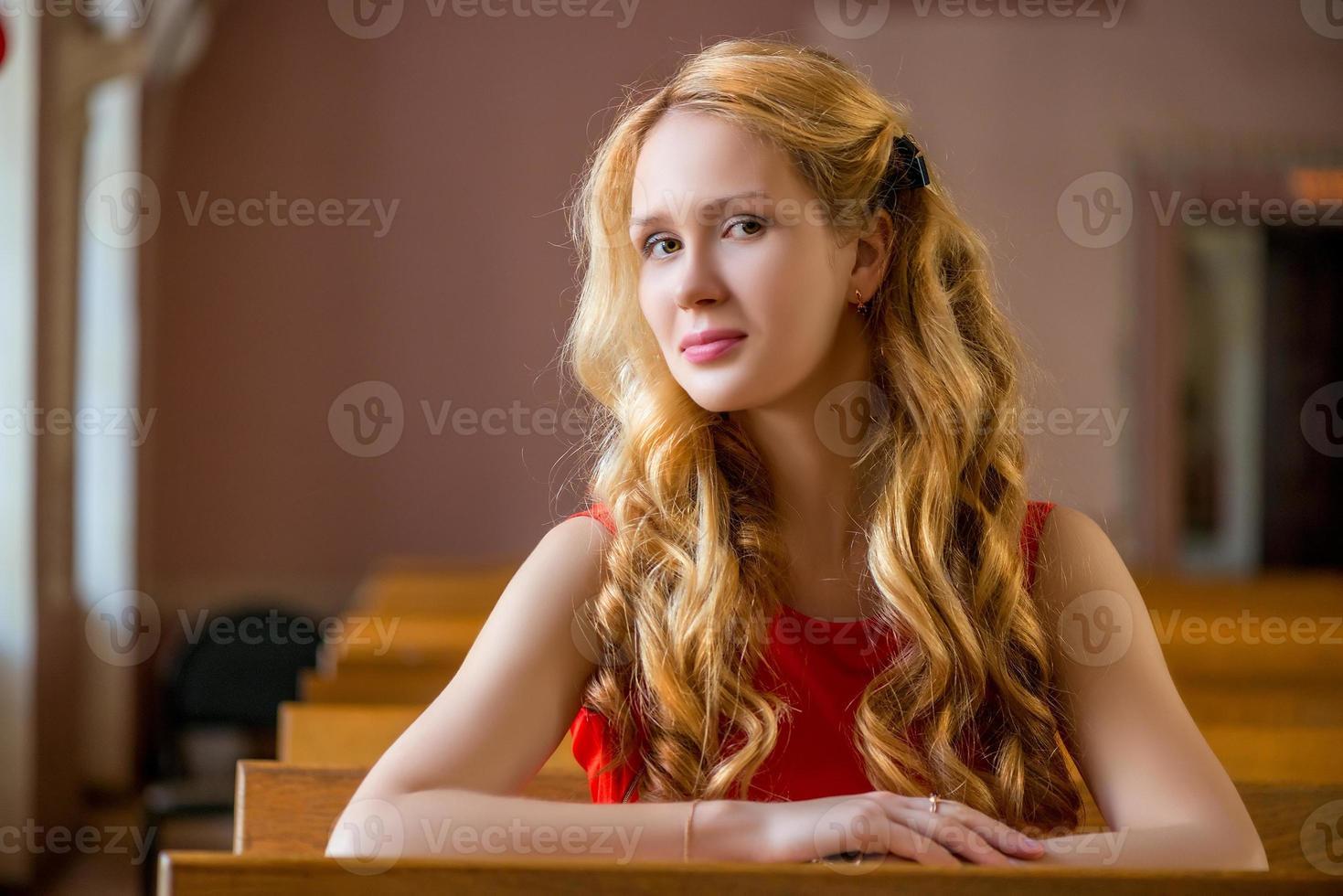 jovem estudante está sentado em uma platéia vazia foto