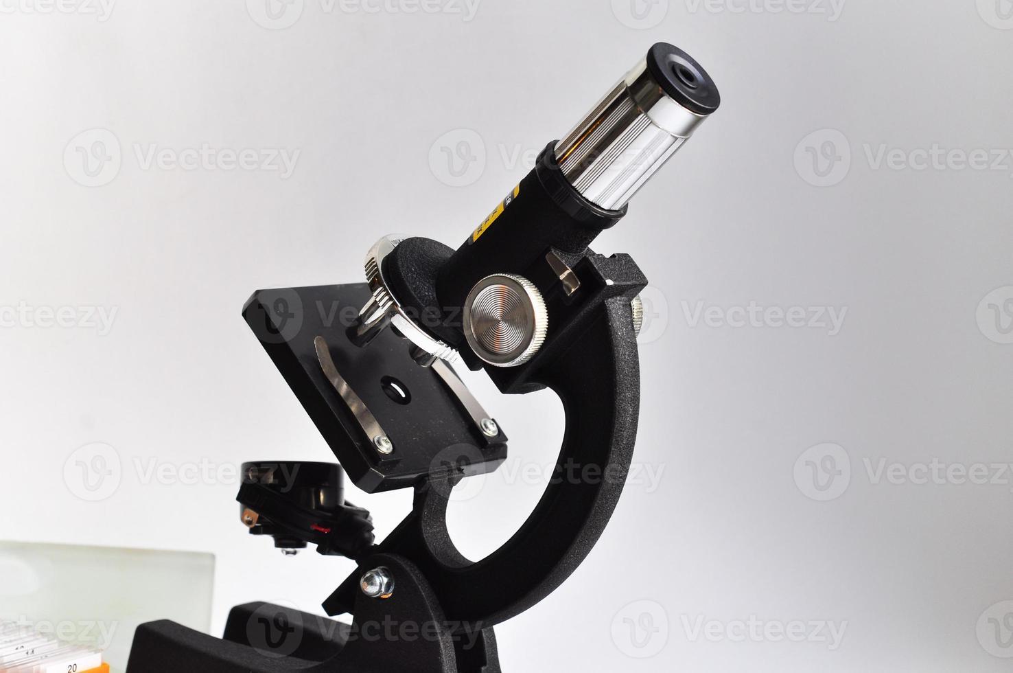 o microscópio em um fundo branco. foto