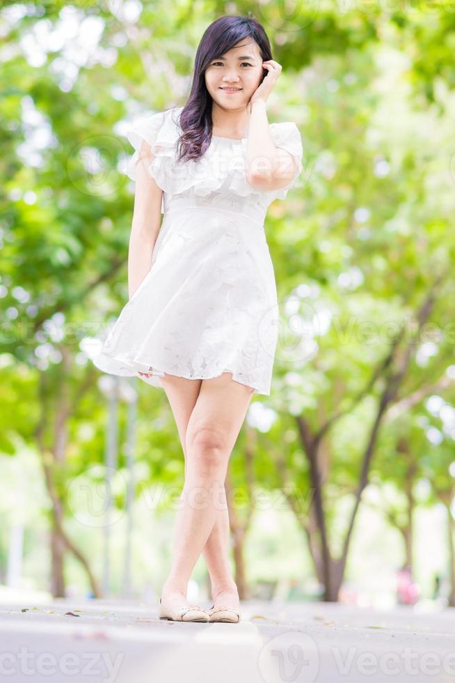 retrato linda mulher asiática andando no parque foto