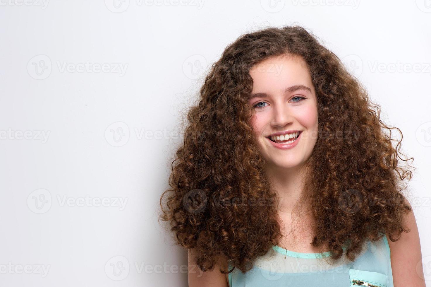 adolescente alegre rindo foto