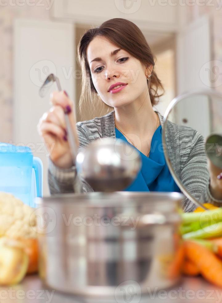 linda mulher cozinhando com concha foto
