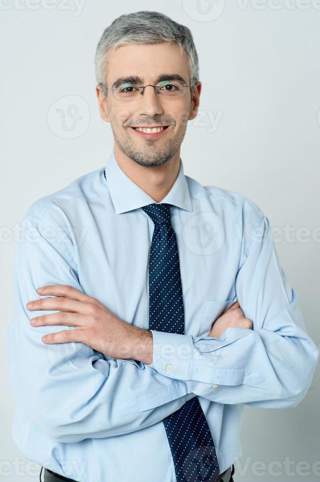 empresário alegre com braços cruzados foto