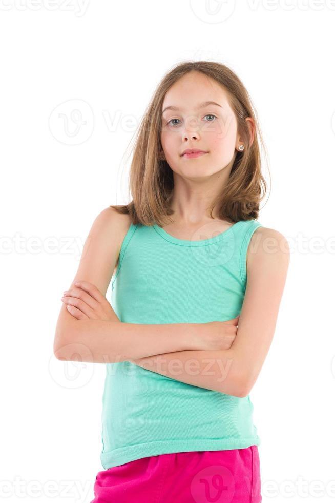menina alegre com braços cruzados foto