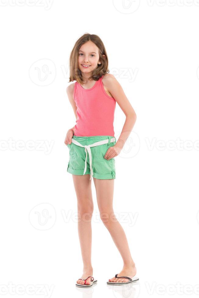 menina alegre, segurando as mãos nos bolsos foto