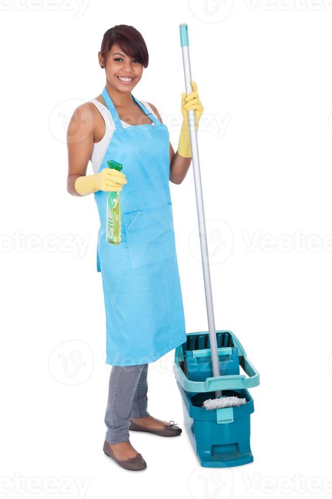 mulher alegre se divertindo durante a limpeza foto