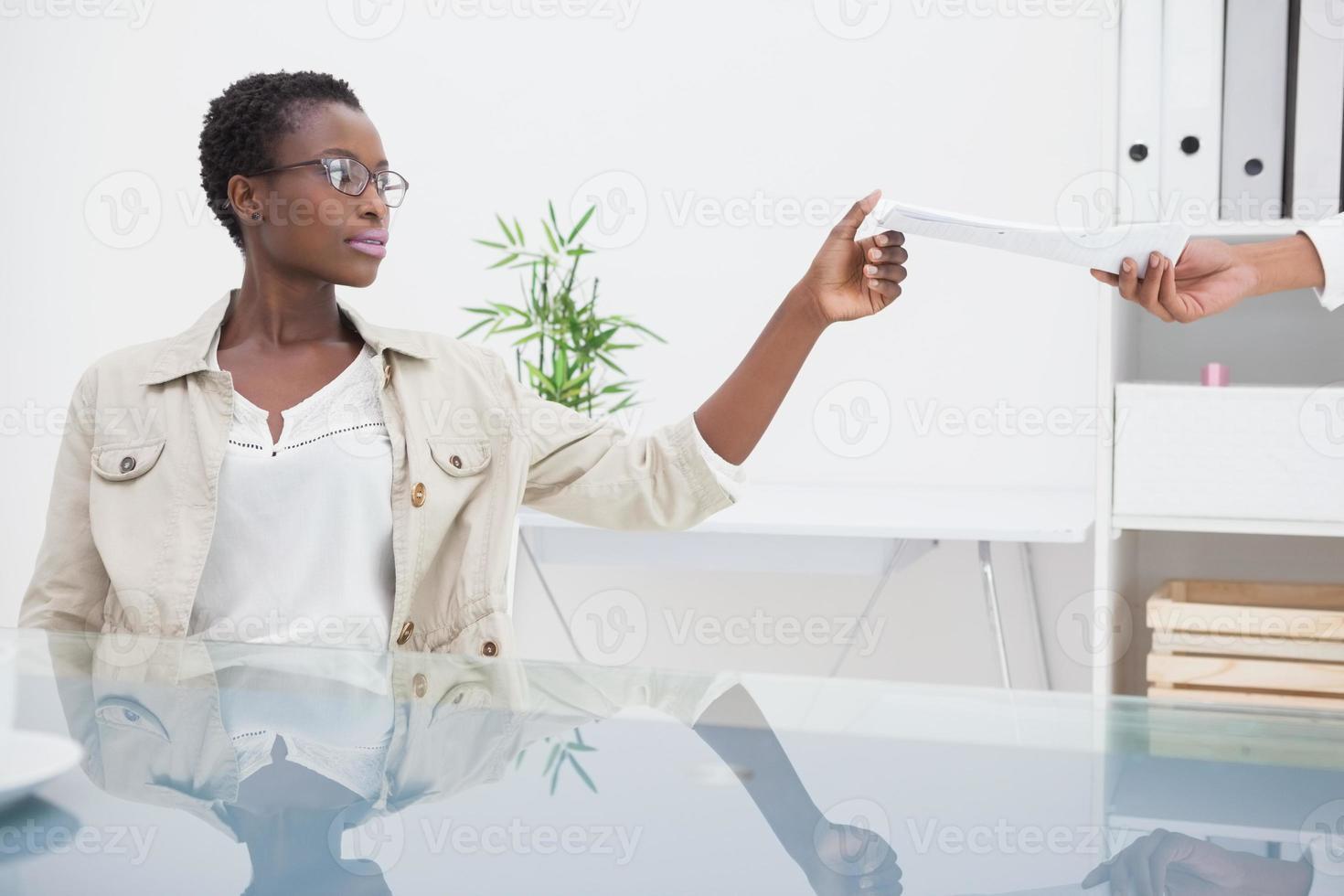 mulher alegre, levando o papel de seu colega foto