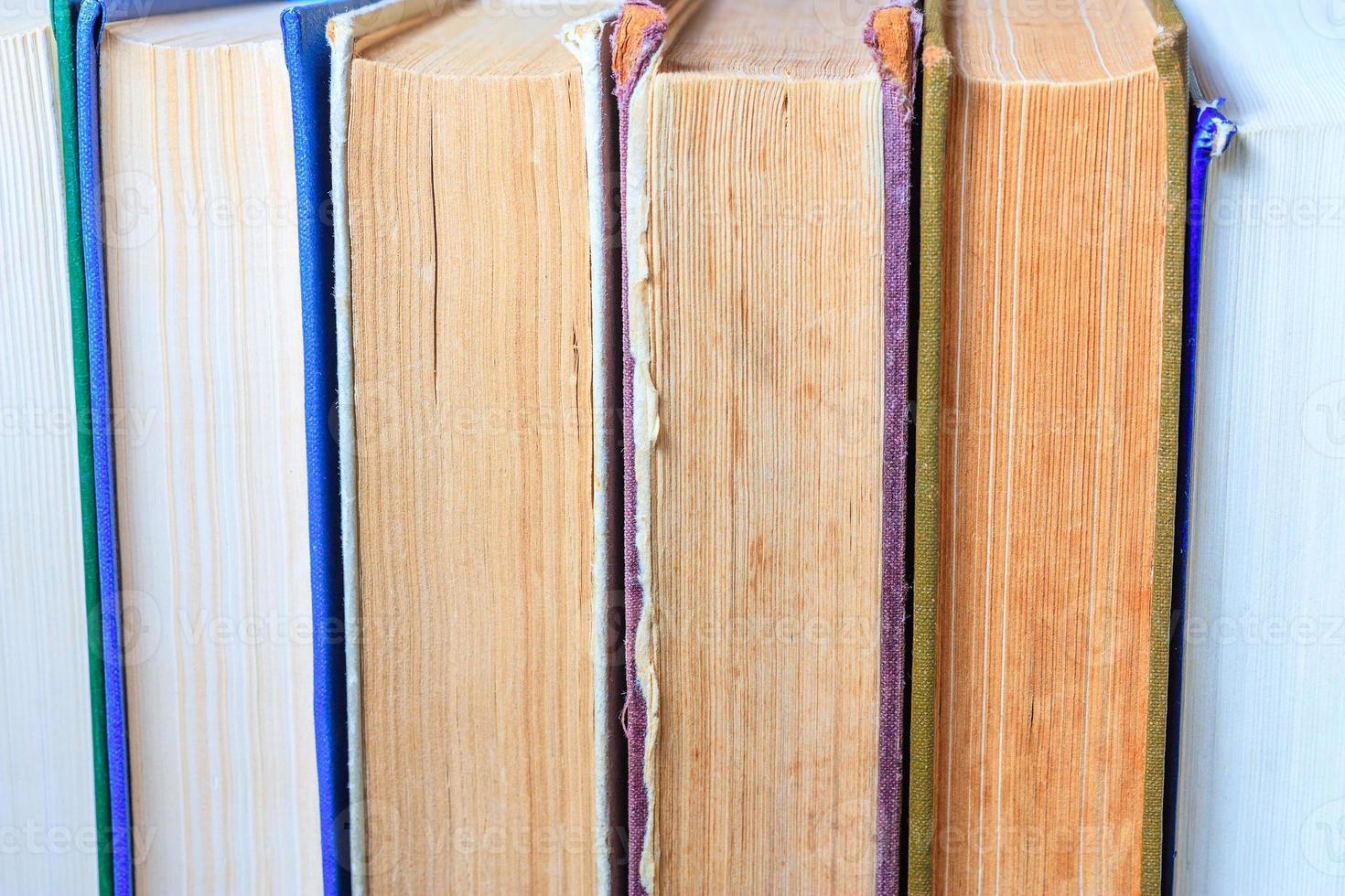 pilha de livros antigos foto