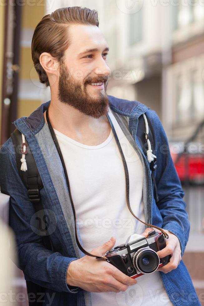 alegre jovem turista é passear de alegria foto