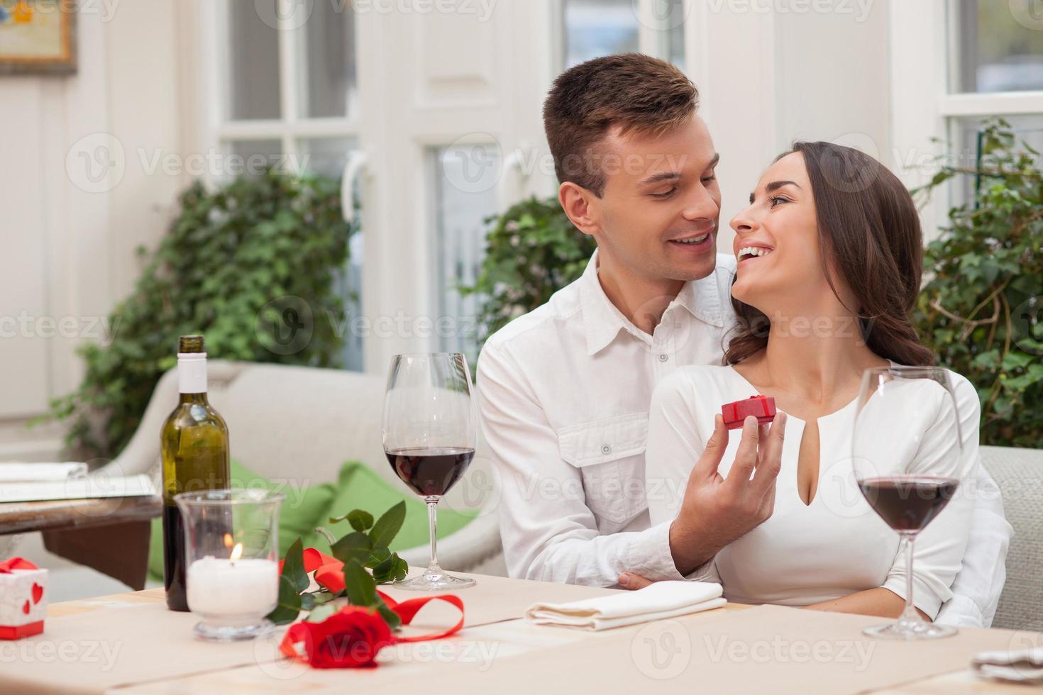 namorada e namorado alegre estão namorando no café foto